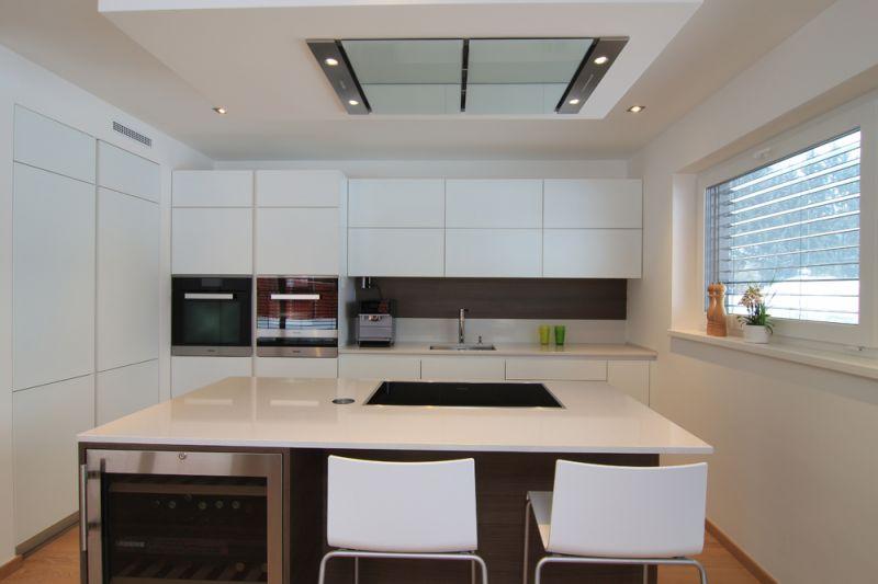 Bele kuhinje z dnevno sobo